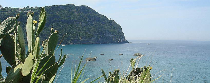 Forio | Bucht zu Citara-Strand | Leuchtturm